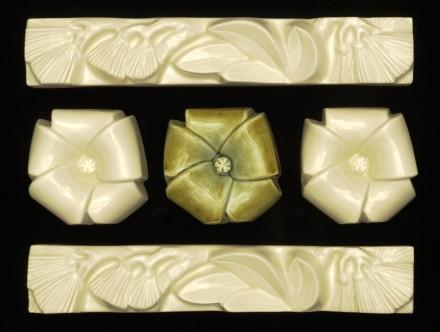 White longe box with soda green sand manuka flower